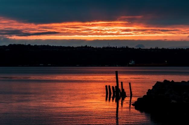 Lever du soleil doré coucher de soleil dans un port avec un cargo