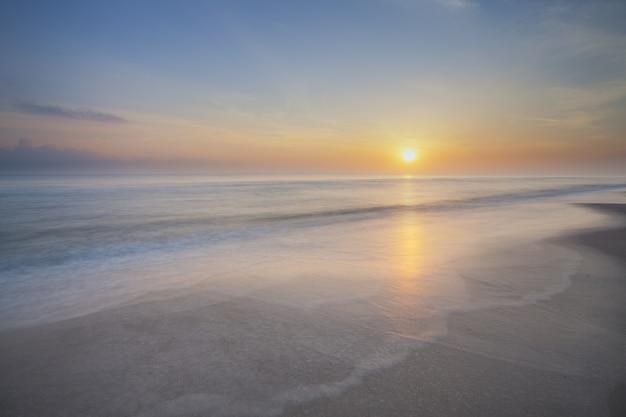Lever du soleil du matin à l'une des belles plages en thaïlande