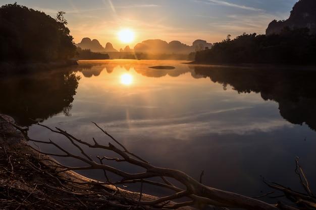Lever du soleil du matin sur le réservoir de marais de nong thale à krabi, thaïlande. beau paysage naturel. destination de voyage célèbre dans le sud de la thaïlande.