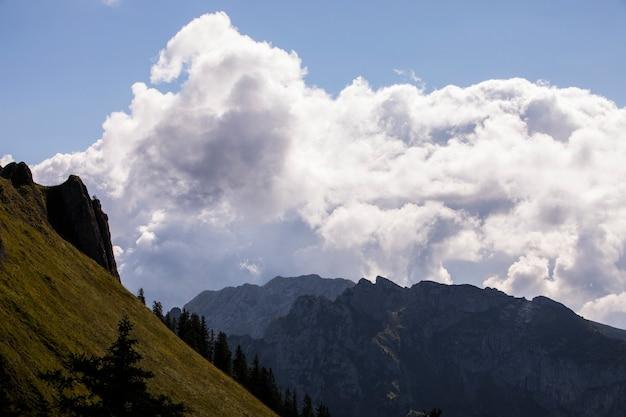 Lever du soleil d'été dans les montagnes de bavière, allemagne du sud. l'europe 