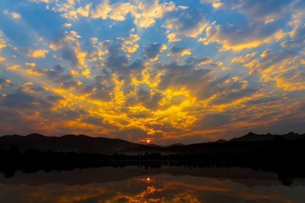 Lever du soleil avec fond naturel lac et montagnes.