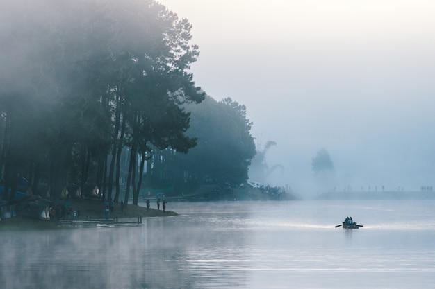 Lever du soleil sur la forêt de pins avec brumeux à pang oung, mae hong son, thaïlande