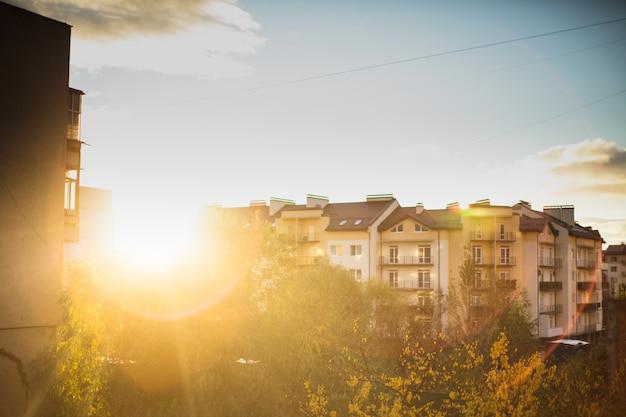 Lever du soleil sur les immeubles à appartements de la banlieue, la vue depuis la fenêtre