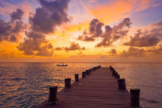 Lever du soleil sur la jetée de la riviera maya dans les caraïbes maya