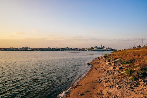 Lever du soleil sur le kremlin de kazan et la rivière kazanka