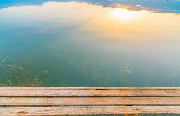 Lever du soleil sur le lac dal, au cachemire, en inde.