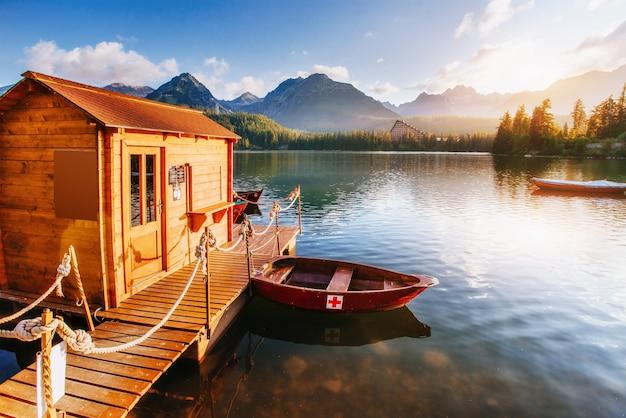 Le lever du soleil sur un lac dans le parc des hautes tatras. shtrbske pleso, slovaquie