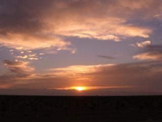 Le lever du soleil sur un matin nuageux