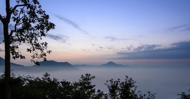 Lever du soleil avec une mer de brouillard sur une montagne thaïlandaise