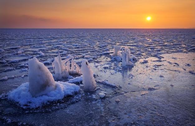 Lever du soleil et mer gelée. beau paysage d'hiver avec lac le matin. aube