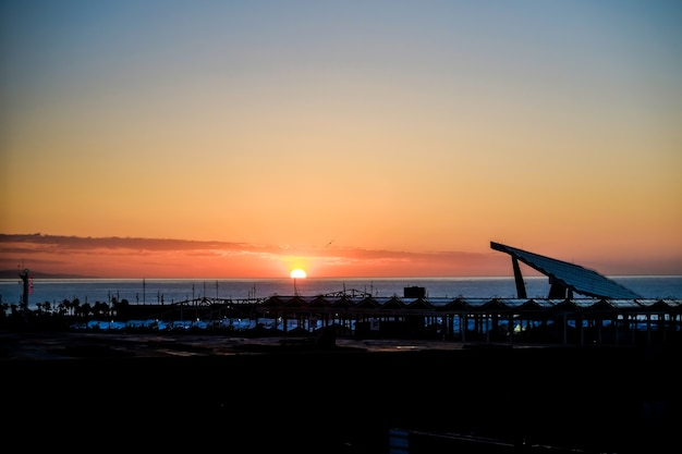 Lever du soleil sur la mer méditerranée, barcelone, espagne.