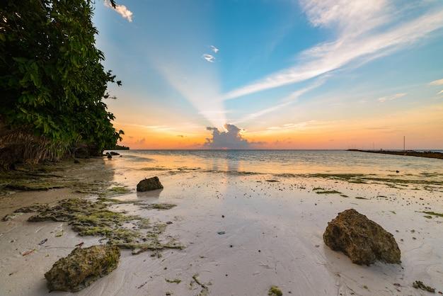 Lever du soleil sur la mer, plage de désert tropical, nuages orageux, destination de voyage, indonésie, îles banyak, sumatra