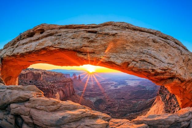 Lever du soleil à mesa arch dans canyonlands national park près de moab, utah, usa