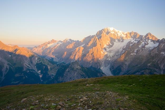 Lever du soleil sur le mont bianco ou le mont blanc, côté italien