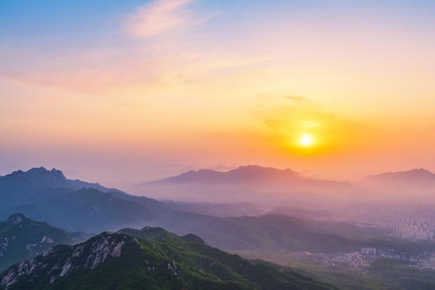 Lever du soleil sur la montagne bukhansan dans la ville de séoul, corée du sud