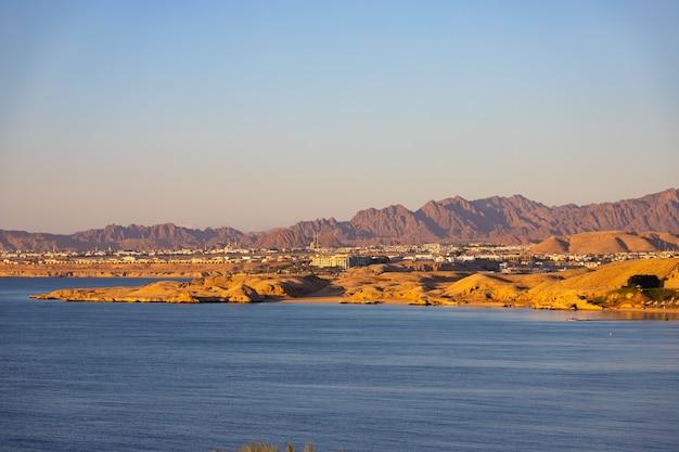 Lever du soleil sur les montagnes du sinaï au bord de la mer rouge. égypte, sharm el sheikh.