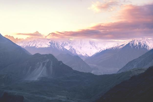 Lever du soleil sur les montagnes enneigées de la vallée de nagar. gilgit baltistan, nord du pakistan.