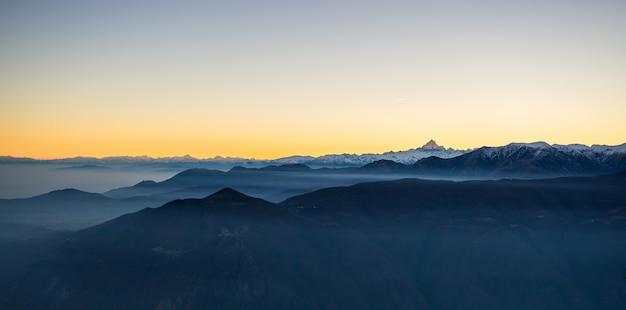 Lever du soleil sur les montagnes enneigées