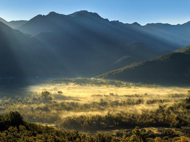 Lever du soleil sur les montagnes