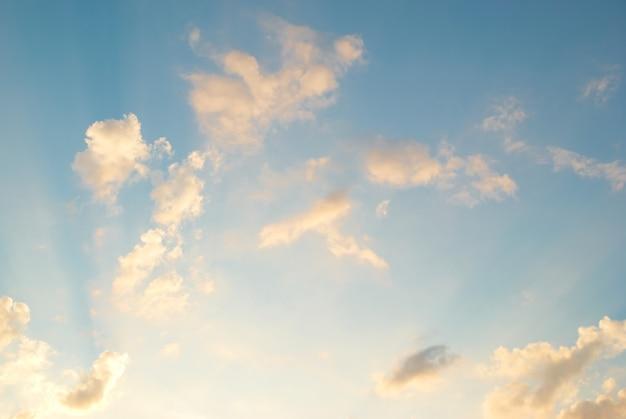 Lever du soleil. les nuages et le ciel peuvent être utilisés comme arrière-plan
