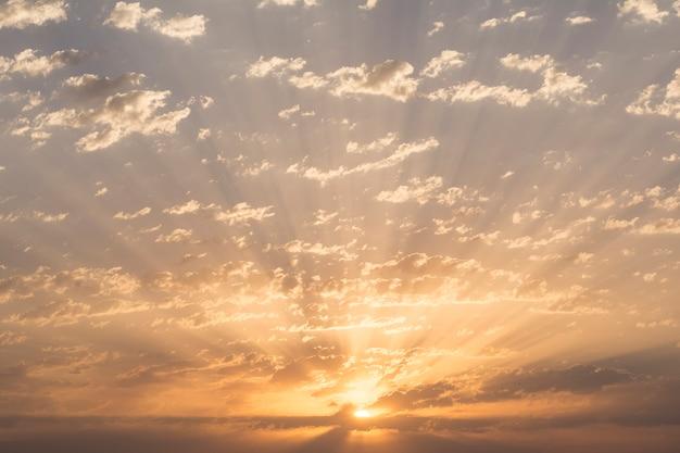 Lever du soleil avec des nuages dramatiques au ciel