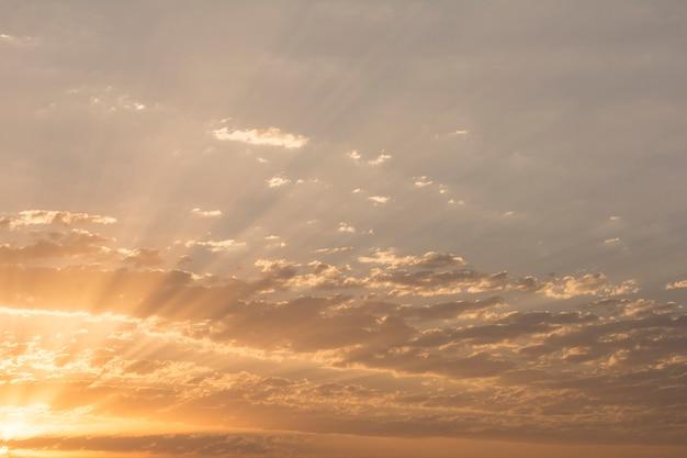 Lever du soleil avec des nuages dramatiques au niveau des faisceaux de lumière traversant les nuages