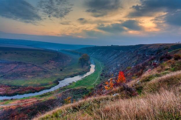 Lever du soleil sur une petite rivière brumeuse