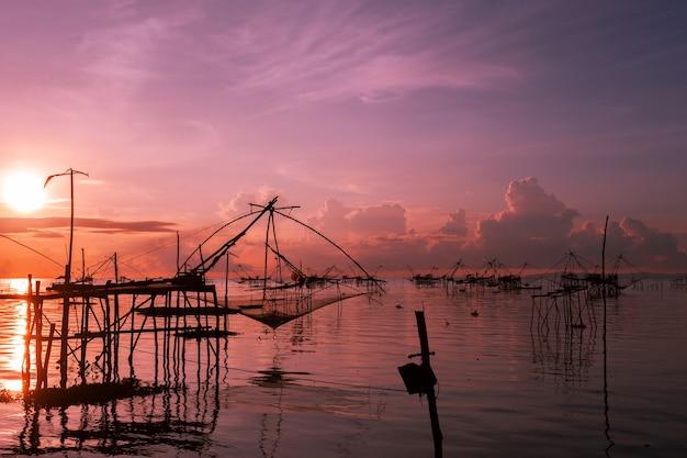 Lever du soleil avec un piège de pêche dans le village de pak pra, phatthalung, thaïlande