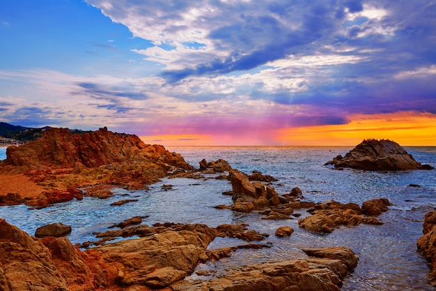 Lever du soleil sur la plage de lloret de mar sur la costa brava