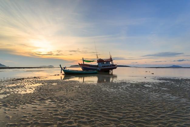 Lever du soleil sur la plage de rawai à phuket, en thaïlande