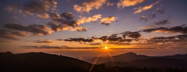 Lever du soleil en point de vue du parc national de doi inthanon, dans la province de chiang mai, au nord de la thaïlande.