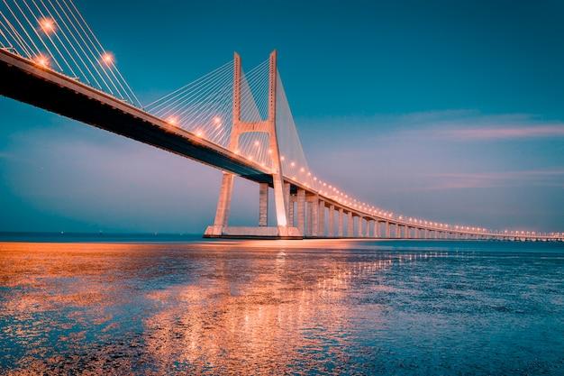 Lever du soleil sur le pont vasco da gama à lisbonne, portugal