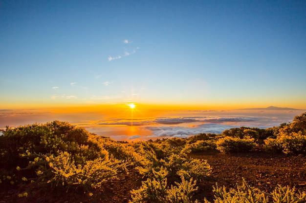 Lever du soleil de printemps, vue sur la mer et le teide sur l'île de la palma, îles canaries, espagne