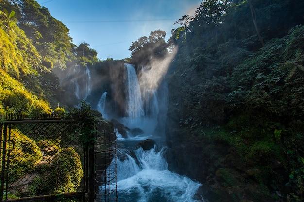 Lever du soleil sous la grande cascade pulhapanzak sur le lac yojoa. honduras