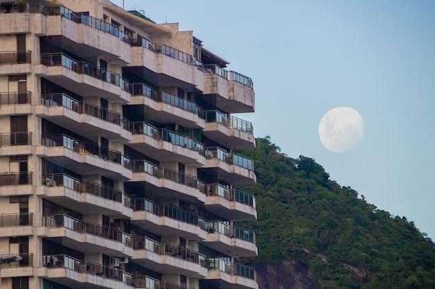 Lever du soleil de la super lune sur la plage de copacabana à rio de janeiro.