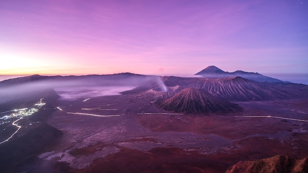 Lever du soleil sur le volcan mt.bromo (gunung bromo) java oriental, indonésie