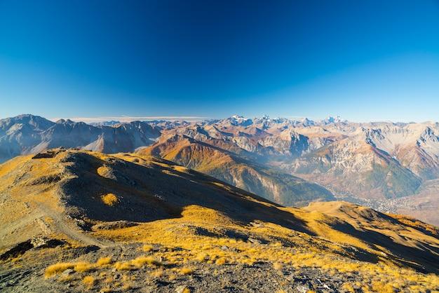 Lever de soleil sur les alpes, le parc national du massif des ecrins et ses glaciers, france.