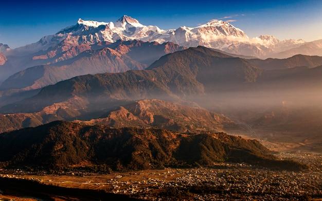 Lever de soleil et chaîne de montagnes pokhara, népal