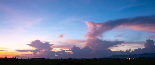 Lever de soleil coloré avec des nuages