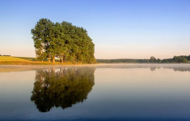 Lever de soleil coloré sur un petit lac près du village