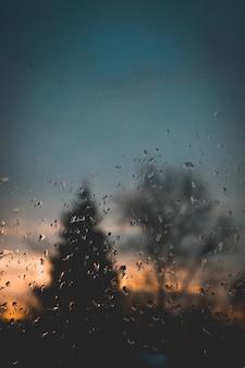 Lever de soleil derrière la fenêtre humide
