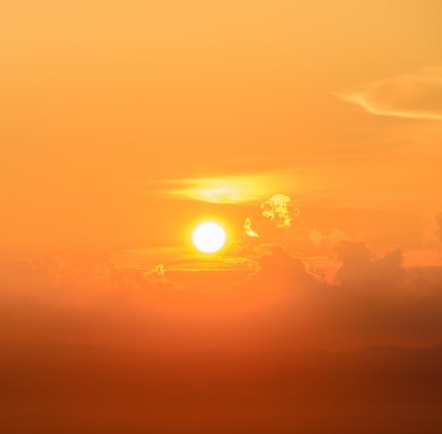 Lever de soleil doré brillant sur les nuages