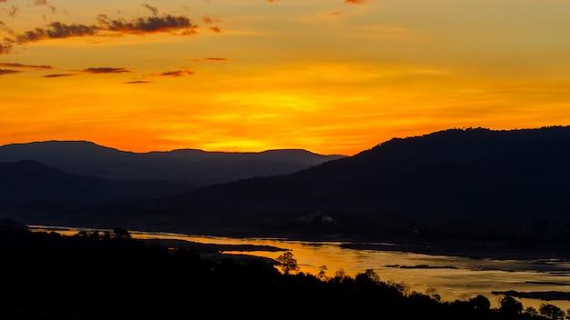 Lever de soleil doré sur la rivière kong et la montagne