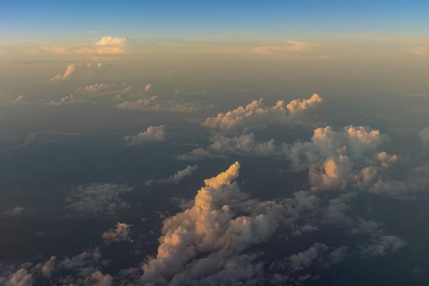 Lever de soleil doux dramatique, beaux nuages orange violets roses contre le ciel bleu