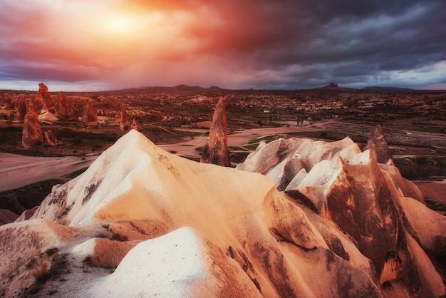 Lever de soleil fantastique sur la vallée rouge en cappadoce, anatolie, t