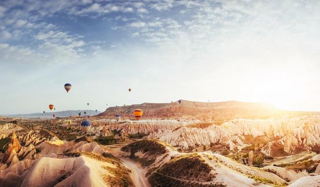 Lever de soleil fantastique sur la vallée rouge en cappadoce, anatolie, turquie. montagnes volcaniques