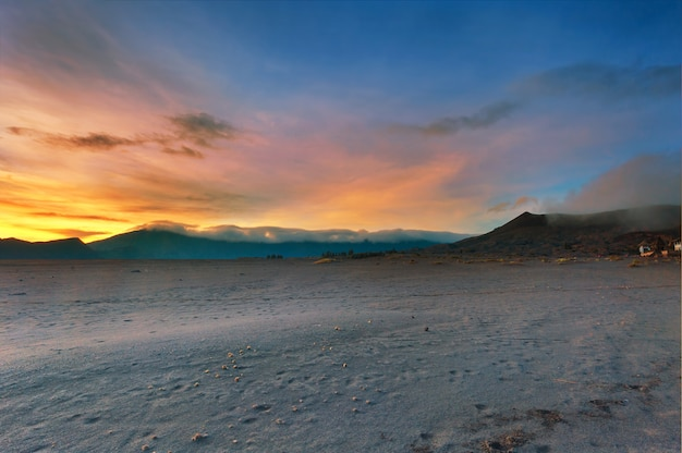 Lever de soleil sur fond de montagne de bromo