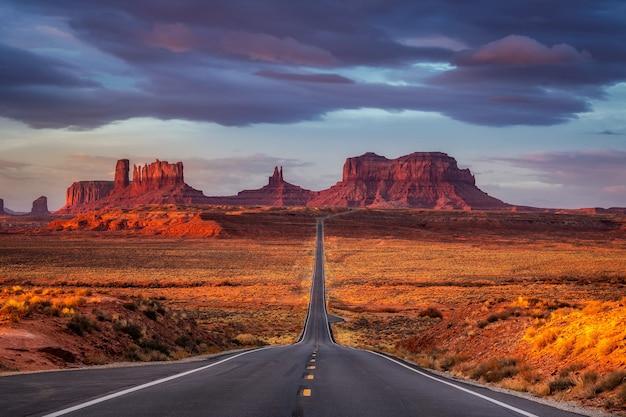 Lever de soleil incroyable avec des couleurs rose, or et magenta près de monument valley, arizona, usa.