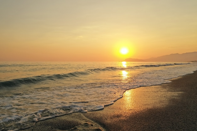 Lever de soleil incroyable sur la mer en turquie