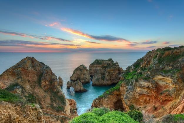 Lever de soleil magnifique paysage de mer. lagos, portugal, algarve.